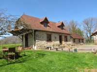 Belle maison en campagne, avec curies, grange, annexe et terrain.